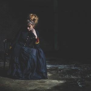 Fashion fotografie door Olger Grandia. Kleur foto van blond model Marlieke Noord in vintage design kleding, schilderij look, rembrand stijl.