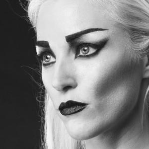 Fashion fotografie door Olger Grandia. Close-up van gezicht, zwart-wit, blond model Myrna van der Stappen met zwarte lippenstift.
