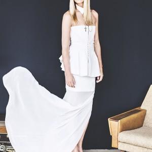 Fashion fotografie door Olger Grandia. Kleur foto van blond model Chloe Corbeau in witte opwaaiende jurk.