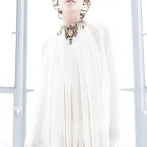 Fashion fotografie door Olger Grandia. Kleur foto met blond model Chloe Corbeau in witte jurk met tegenlicht.