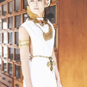 Fashion fotografie door Olger Grandia. Kleur foto van blond model Chloe Corbeau in witte jurk, Egyptische stijl.
