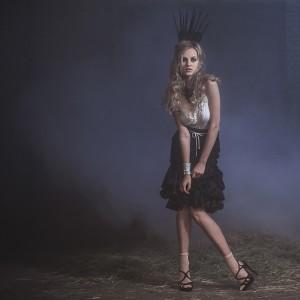 Fashion fotografie door Olger Grandia. Kleur foto van blond model Marleen Emke met rook.