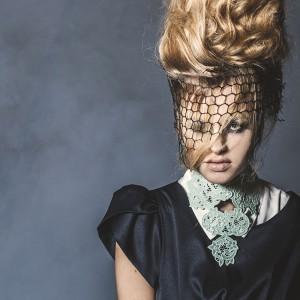 Fashion fotografie door Olger Grandia. Kleur foto van blond model Marleen Emke, close-up van gezicht. Extreme haar styling.
