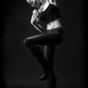 Fashion fotografie door Olger Grandia. Zwart-wit met blond model Kelly Post in sterke pose.