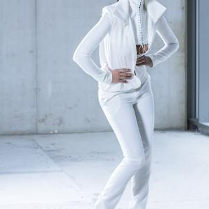 Fashion fotografie door Olger Grandia. Kleur foto van donkerharig model Whitney Dubbeldam in witte kleding.