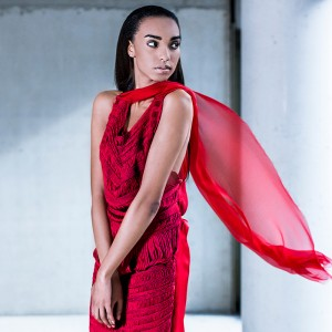 Fashion fotografie door Olger Grandia. Kleur foto van donker model Sippora Jackson in rode jurk.